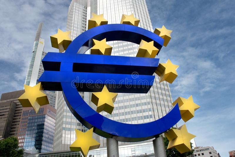 Scilpture του ευρο- σημαδιού στην ΕΚΤ Φρανκφούρτη στοκ φωτογραφία
