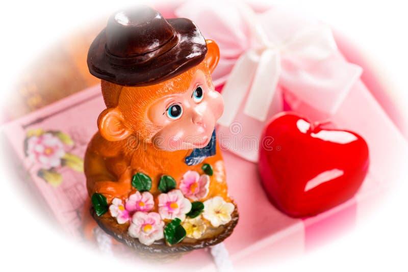 Scimmia con il regalo in scatola rosa Cuore rosso Foto modificata immagine stock libera da diritti
