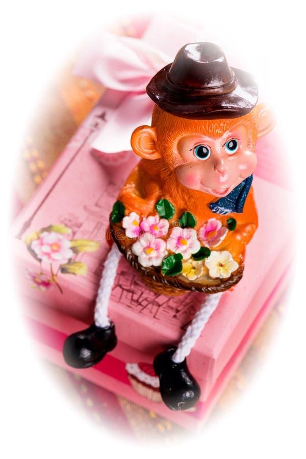 Scimmia con il regalo in scatola rosa Foto modificata immagini stock