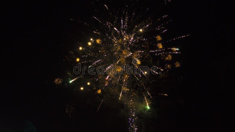 Scintille allegre nel cielo notturno fotografie stock libere da diritti