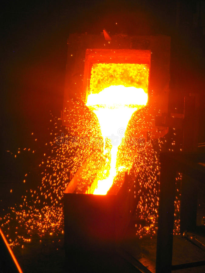 Scintille di metallo infornate in metallurgia immagini stock