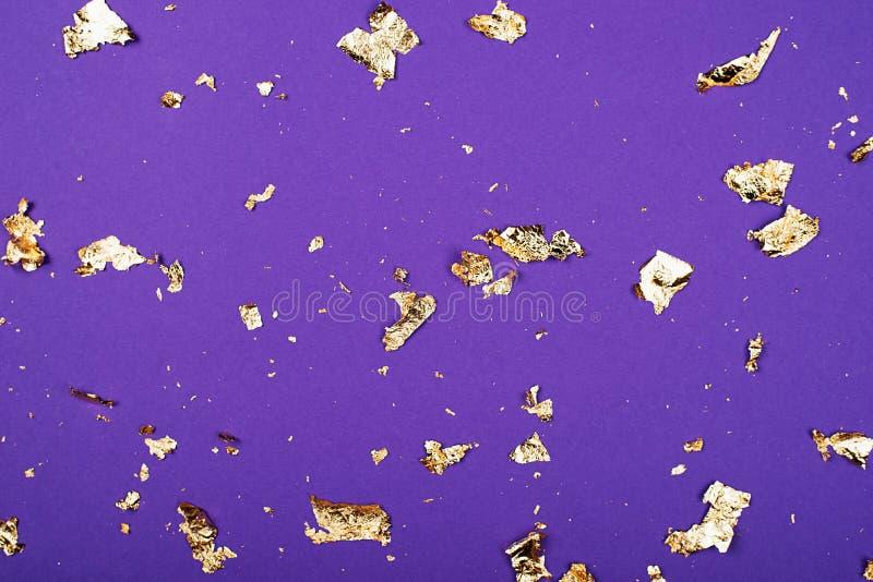 Scintille dorate su un fondo rosso-acceso Fondo di festa per il progetto orizzontale fotografia stock libera da diritti