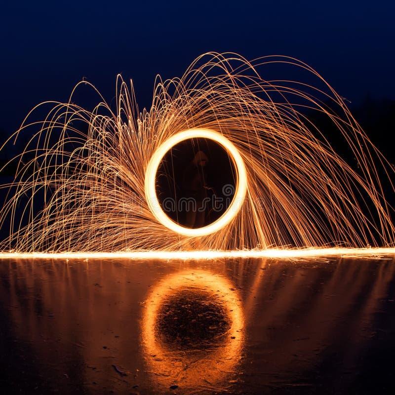 Scintille luminose dalla lana d'acciaio, fotografia stock libera da diritti