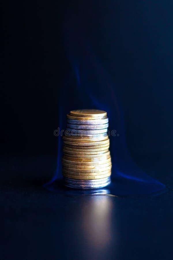 Sciocchezza bruciante contro un fondo scuro, ustioni dei soldi con un primo piano della fiamma blu immagini stock libere da diritti
