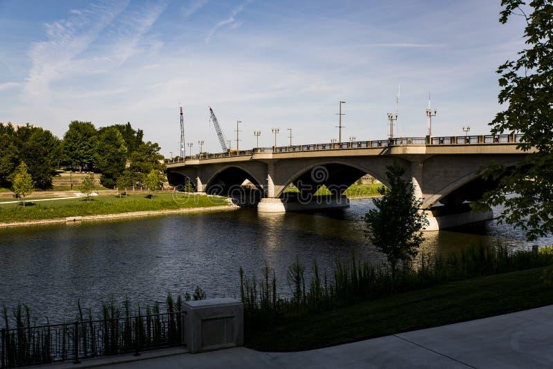 Scioto rzeki i Szerokiej ulicy łuku most - Kolumb, Ohio obrazy stock
