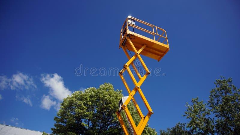 Scissor la piattaforma dell'elevatore fotografie stock