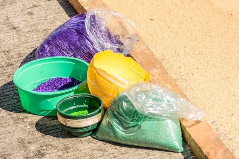 Sciure teinte pour faire les tapis prêtés de cortège à l'Antigua, Guat image stock