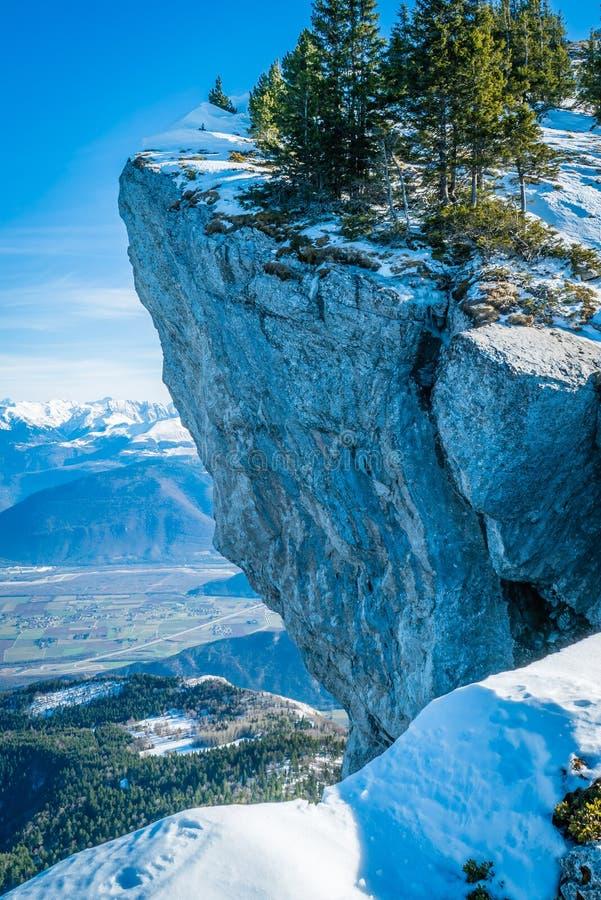 Scogliera con neve fotografie stock