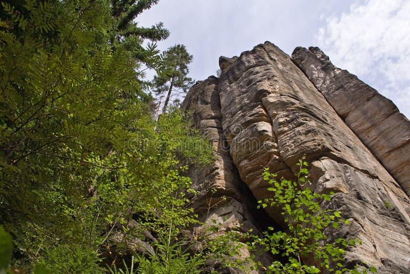 Scogliera della roccia che torreggia foresta immagini stock libere da diritti