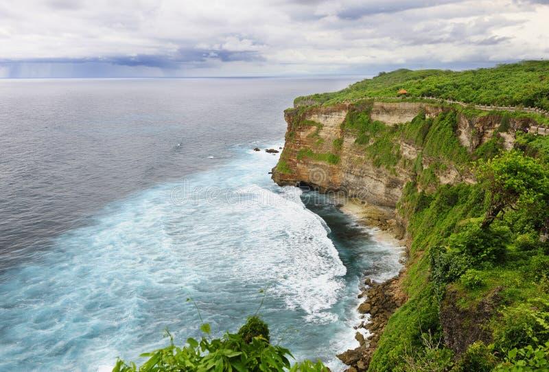 Scogliera della spiaggia, Uluwatu, Bali immagini stock