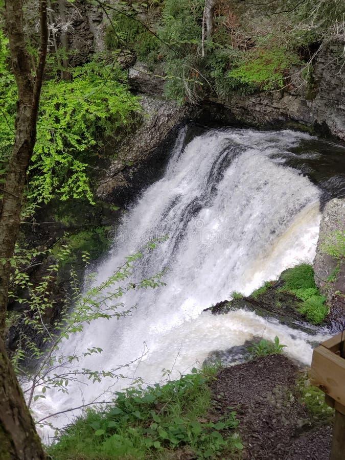 Scogliera delle rapide di caduta dell'acqua immagine stock