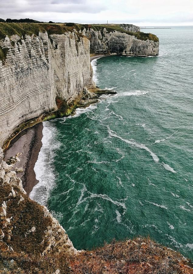 Scogliera ed oceano, Etretat, Francia immagine stock libera da diritti