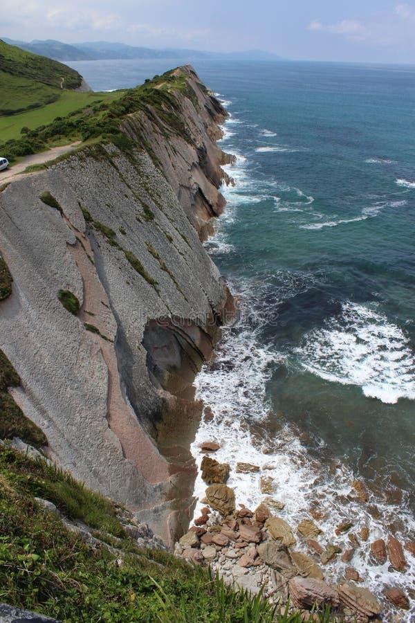 Scogliera nella costa di Zumaia, accanto al mare fotografia stock