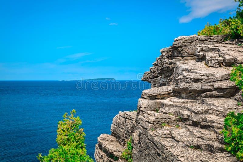 Scogliera rocciosa naturale, vista del paesaggio sopra acqua blu azzurrata tranquilla a bello, Bruce Peninsula d'invito, Ontario immagini stock libere da diritti