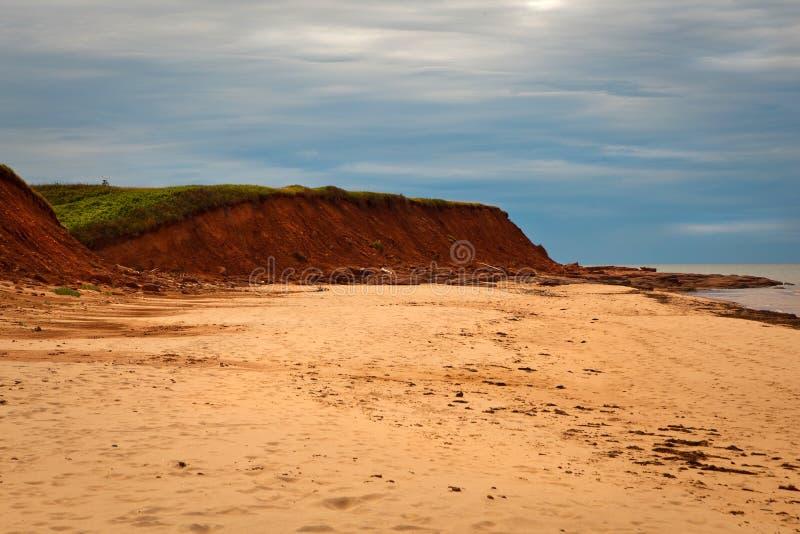 Scogliera rossa della sabbia di isola Principe Eduardo, Canada fotografia stock