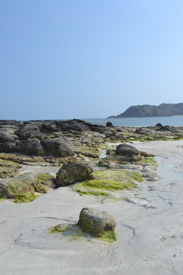 Scogliera sulla spiaggia di Selong Belanak fotografia stock libera da diritti
