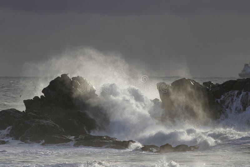 Scogliere battute dalle onde del mare fotografia stock