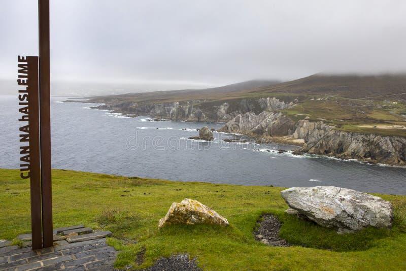 Scogliere bianche della baia di Ashleam sull'isola di Achill in Irlanda fotografia stock