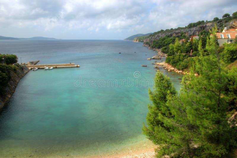 Scogliere boscose sull'isola di Hvar, Croazia fotografie stock