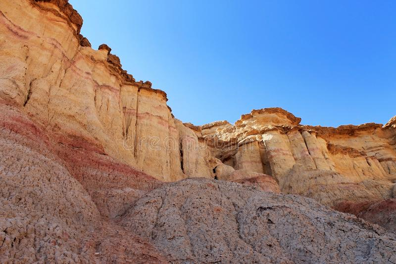 Scogliere colorate gialle e rosse di Tsagaan Suvraga, nel deserto del Gobi, provincia di Dundgovi, Mongolia fotografia stock libera da diritti