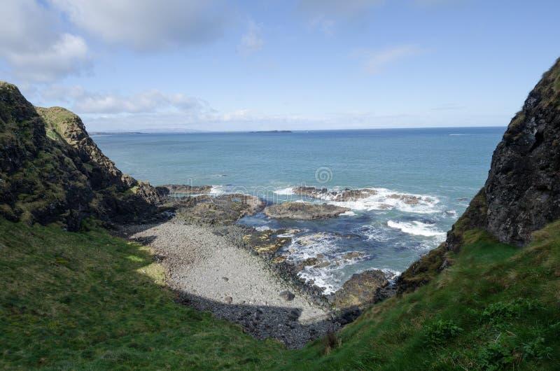 Scogliere del mare, Irlanda del Nord fotografia stock