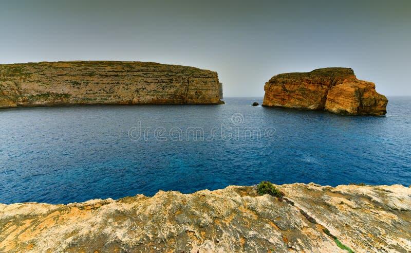 Scogliere dell'isola di Gozo, paesaggio della spiaggia di Malta fotografie stock