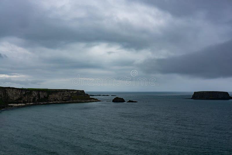 Scogliere dell'oceano in Irlanda del Nord fotografia stock libera da diritti