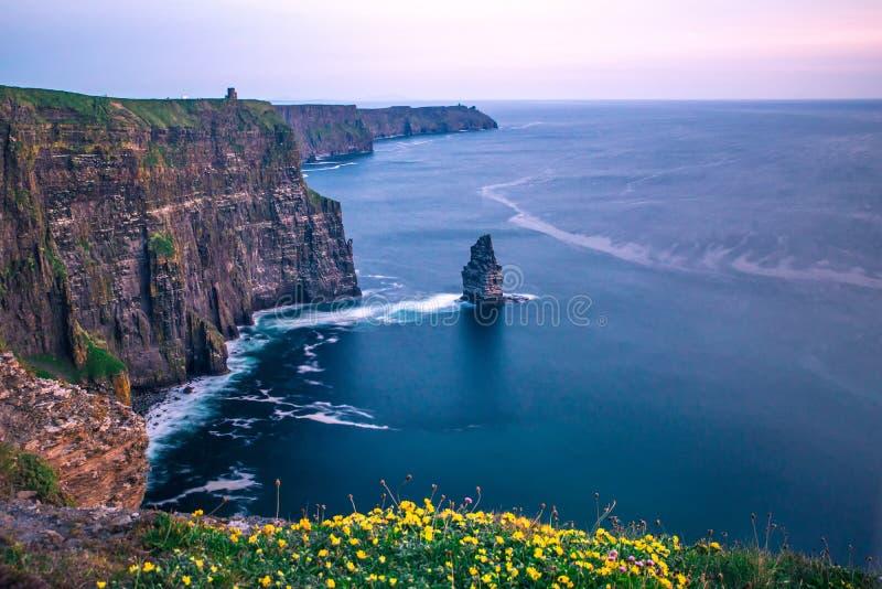 Scogliere dell'ora blu Irlanda di tramonto di Moher immagini stock