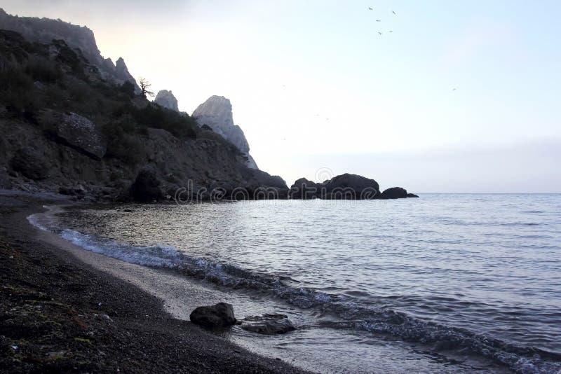 Scogliere della montagna lungo il litorale del mare immagine stock