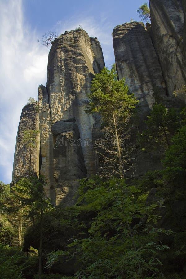 Scogliere della montagna della roccia in foresta verde fotografia stock
