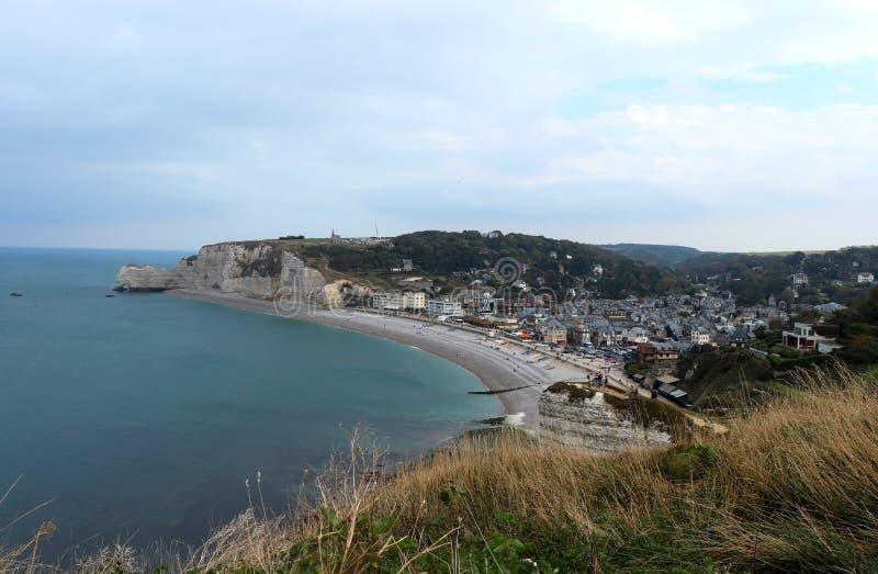 Scogliere di gesso bianche, spiaggia e la città di Etretat in Francia fotografia stock
