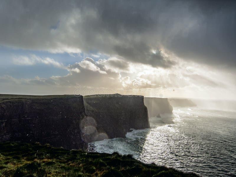 Scogliere di Moher. L'Irlanda. immagini stock