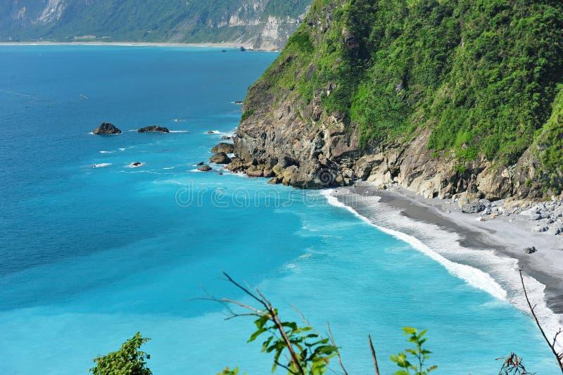 Scogliere e mare blu della radura in Taiwan fotografia stock