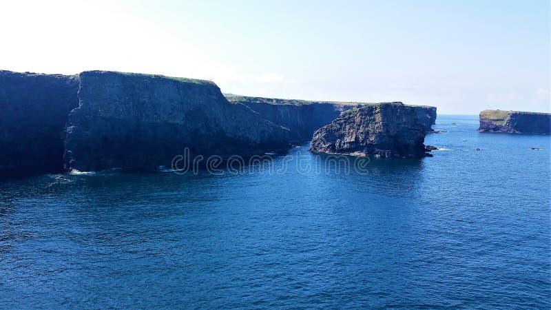 Scogliere e mare in Kilkee, Irlanda fotografia stock libera da diritti