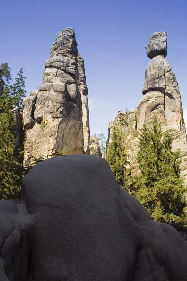 Scogliere enormi della montagna sotto il chiaro cielo fotografie stock libere da diritti