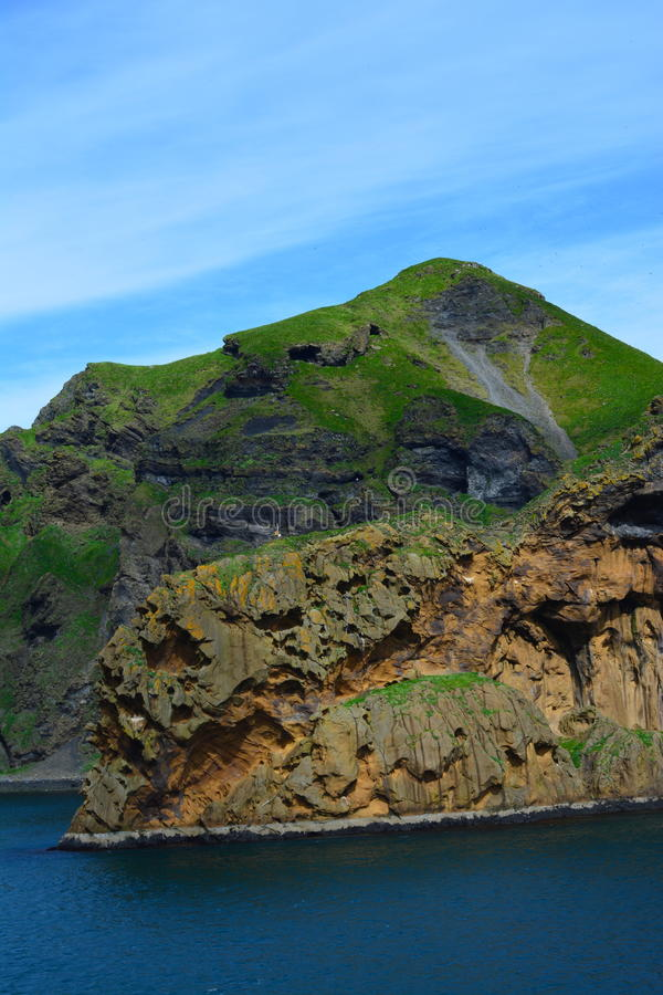 Scogliere irregolari dell'isola del Heimaey dell'Islanda immagini stock libere da diritti