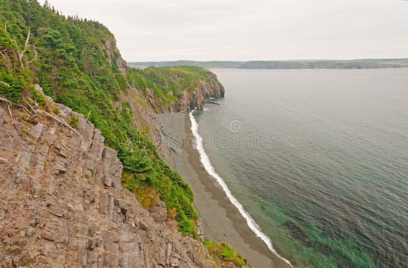 Scogliere irregolari lungo una costa dell'oceano fotografia stock