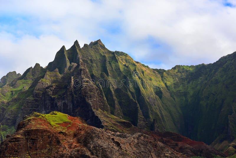 Scogliere lungo la costa del Na Pali dell'isola di Kauai fotografia stock