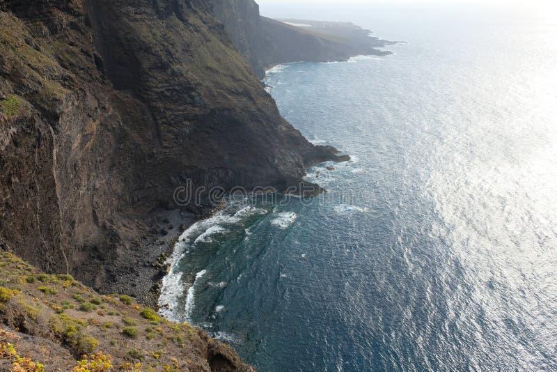 Scogliere molto alte sulla linea costiera in Tenerife ( La SPAGNA fotografie stock libere da diritti