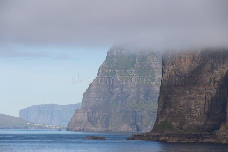 Scogliere nebbiose di isole faroe fotografia stock libera da diritti