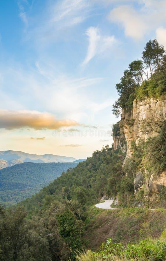 Scogliere selvatiche e strade di montagna la sera fotografia stock libera da diritti