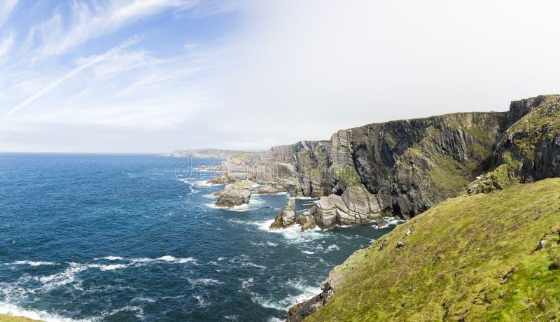 Scogliere sulla costa irlandese dell'Oceano Atlantico fotografia stock libera da diritti