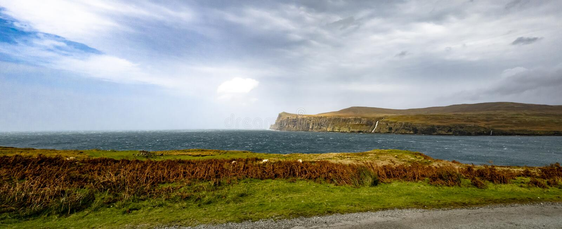 Scogliere vedute da Milovaig più basso durante la tempesta Callum - isola di autunno di Skye, Scozia fotografia stock libera da diritti
