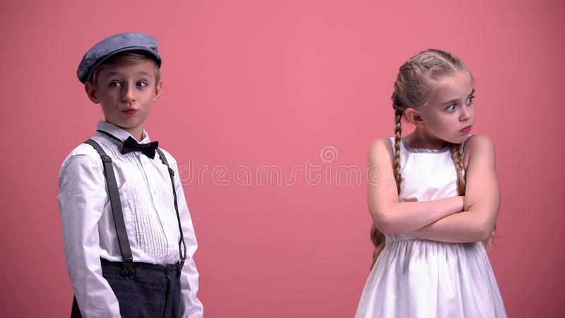 Scolara colpita con giovane comportamento del ragazzo, litigio delle coppie dei bambini, relazioni immagini stock libere da diritti