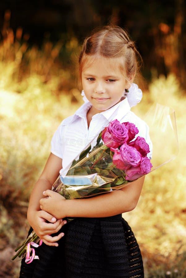 Scolara con i fiori fotografie stock