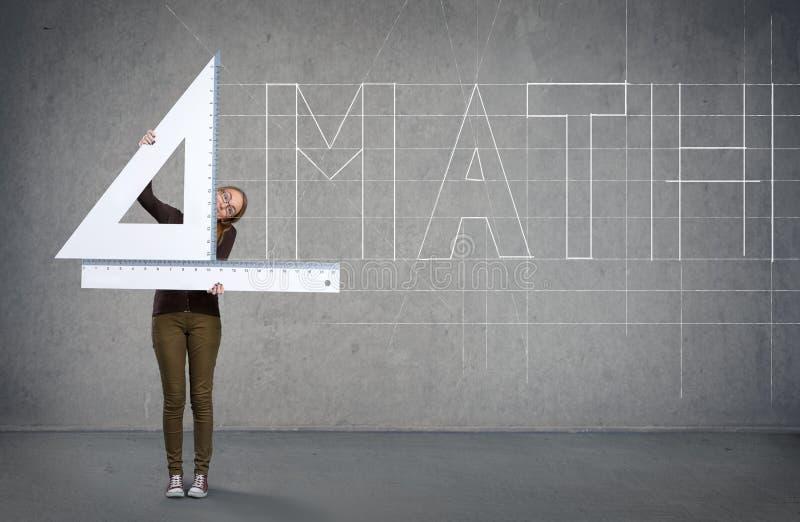 Scolara con il righello, concetto di matematica immagine stock