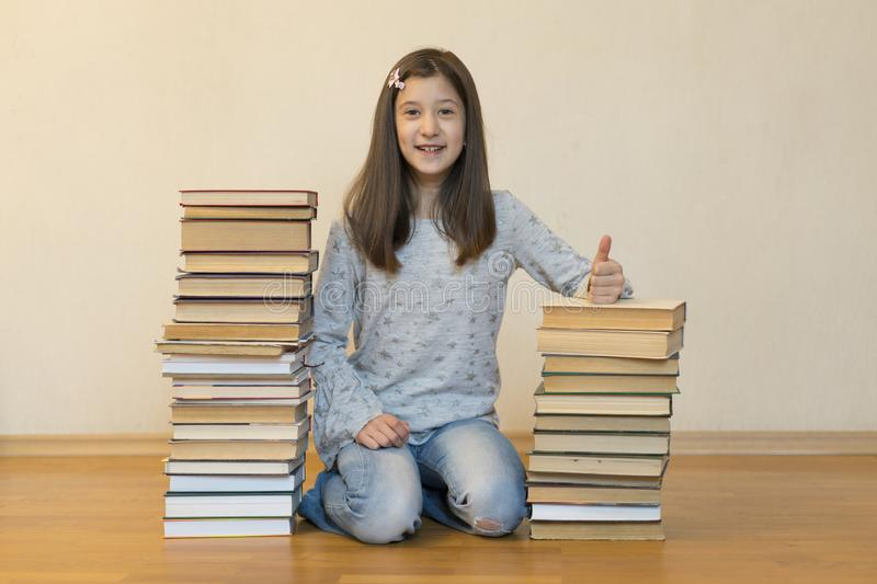Scolara felice con i libri nella stanza immagine stock libera da diritti