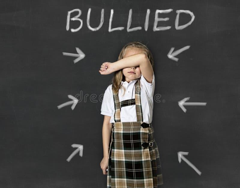 Scolara minore che grida vittima dello sforzo e del timore di sofferenza d'oppressione alla scuola fotografia stock libera da diritti
