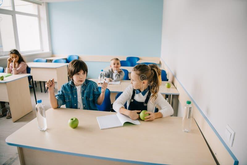 scolara pazza al suo compagno di classe a causa della frode fotografia stock libera da diritti