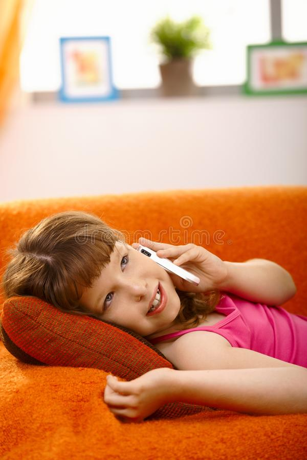 Scolara sulla chiamata di telefono immagine stock